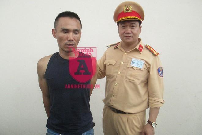 Trung tá Nguyễn Tuấn Anh trực tiếp dẫn giải đối tượng lên xe cảnh sát để đưa về CAP Vĩnh Tuy