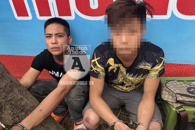 Đối tượng Luyện (trái) tìm mọi cách phi tang ma túy song đã bị Cảnh sát 141 phát hiện