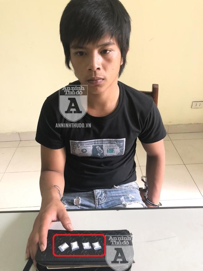 """Tưởng thuê xe ôm công nghệ di chuyển là sẽ """"an toàn"""", song Quang vẫn bị Cảnh sát 141 phát hiện hành vi tàng trữ ma tuý"""