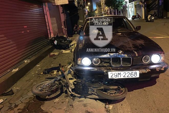 Hai xe máy không di chuyển, mà đang dừng đỗ ở mép đường và trên vỉa hè, song vẫn bị xe ô tô BMW đâm