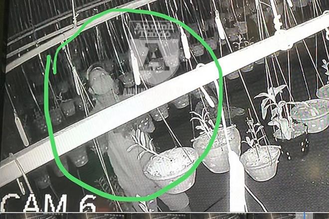 Camera ghi lại vụ trộm chỉ do một đối tượng thực hiện. Kẻ gian bịt khẩu trang che kín mặt, đội mũ lưỡi trai, hành động rất nhanh và chuyên nghiệp