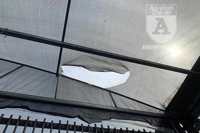 Tường rào khu vực lan đột biến rất chắc chắn, tuy nhiên, do không hàn kín trên mái, nên kẻ gian đã cắt lưới, đột nóc để trộm lan