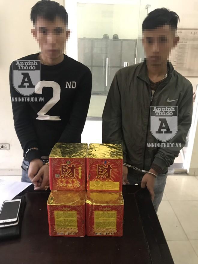 """Hai thanh niên đang trên đường mang pháo về quê để """"chơi"""" thì bị Cảnh sát 141 phát hiện"""
