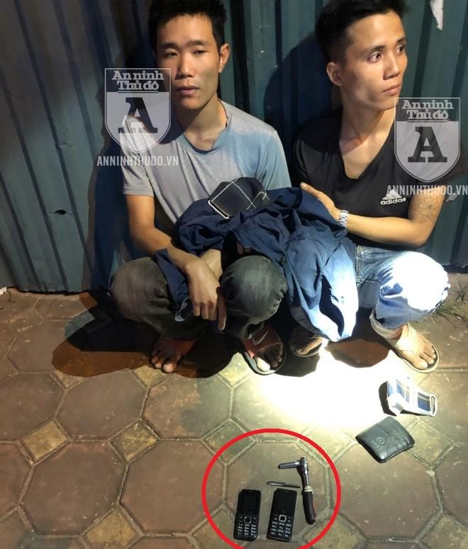 Chỉ với một chiếc vam phá khóa, 2 tên trộm dễ dàng lấy cắp chiếc xe máy