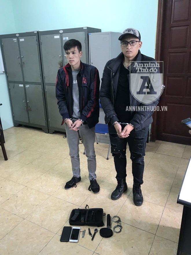 """Hai đối tượng bị phát hiện đi xe """"nhảy"""" và mang theo rất nhiều vũ khí, công cụ hỗ trợ, vam phá khóa xe máy"""