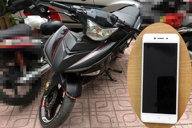 Chiếc xe máy là phương tiện của Phương - Phú khi đi cướp giật. Còn chiếc điện thoại là tang vật trong vụ cướp mà 2 đối tượng này chưa kịp tẩu tán