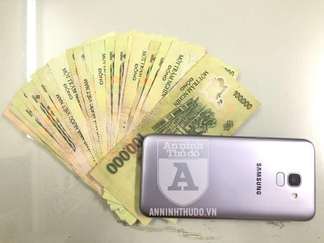 Tiền và điện thoại mà cảnh sát thu được sau khi bắt giữ Lực. Đây là số tiền do Lực bán xe máy cướp được mà có