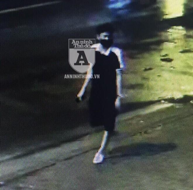 """Đối tượng cướp táo tợn, manh động thường đi bộ một mình lúc trời về khuya để tìm """"con mồi"""". Đây là hình ảnh hiện trường hiếm hoi về tên cướp này"""