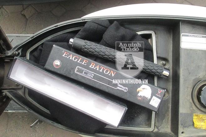 Cây baton còn nguyên hộp được phát hiện trong cốp xe của người vi phạm