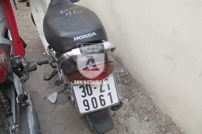 Chiếc xe Honda Dream gắn BKS giả, dùng giấy tờ đăng ký giả mạo, đã bị Cảnh sát 141 phát hiện