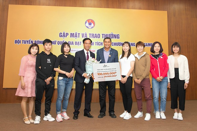 Bác sĩ Nguyễn Xuân Thành (thứ 4, từ trái sang) - Nhà sáng lập thương hiệu Maxcare Home - tặng hoa và trao thưởng cho ban lãnh đạo cùng các cầu thủ đội tuyển bóng đá nữ quốc gia Việt Nam