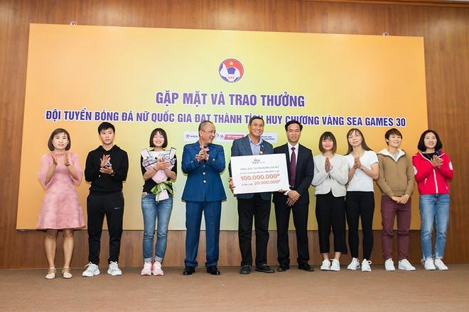 """Việc lựa chọn món quà thật ý nghĩa là tâm huyết của những người yêu bóng đá, muốn ủng hộ các cô gái """"vàng"""" của tuyển Việt Nam"""