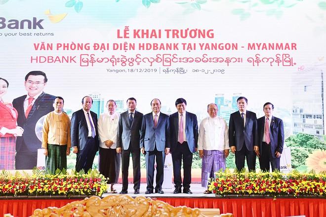 Thủ tướng Chính phủ Việt Nam Nguyễn Xuân Phúc cùng Lãnh đạo Nhà nước Cộng hòa Liên bang Myanmar và quan khách chứng kiến khoảnh khắc khai trương văn phòng đại diện HDBank tại Myanmar