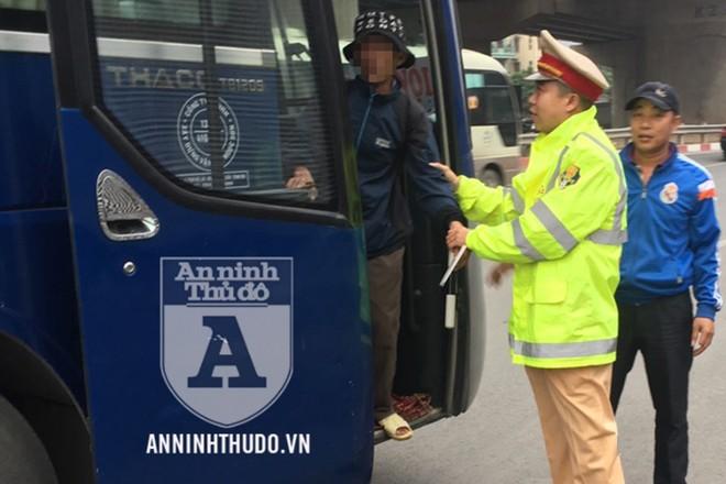 Đại úy Hoàng Minh Trường đưa người đàn ông lên xe khách để về quê