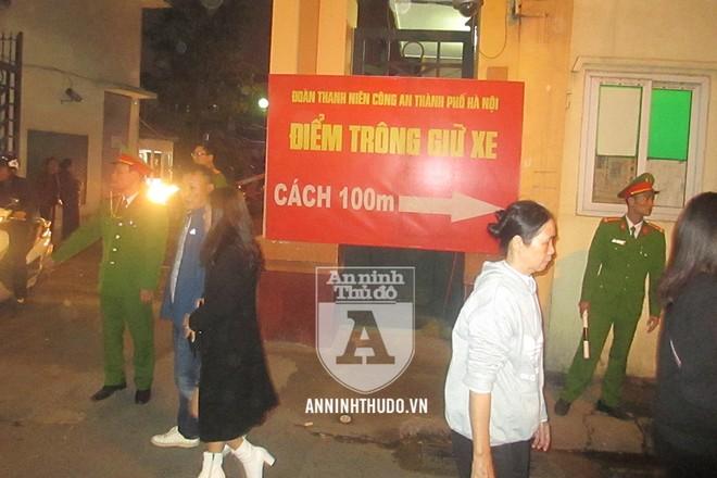 Lực lượng công an điều tiết giao thông từ phía ngoài, cùng biển thông báo, hướng dẫn người dân tới điểm giữ xe do CATP Hà Nội tổ chức