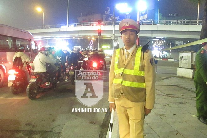 Đại úy Nguyễn Minh Tuấn trong ca làm nhiệm vụ của tổ Y24/141