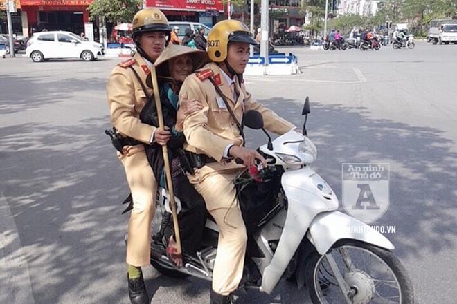 Bà cụ 93 tuổi đi lạc được CSGT Hà Nội đưa về tận nhà