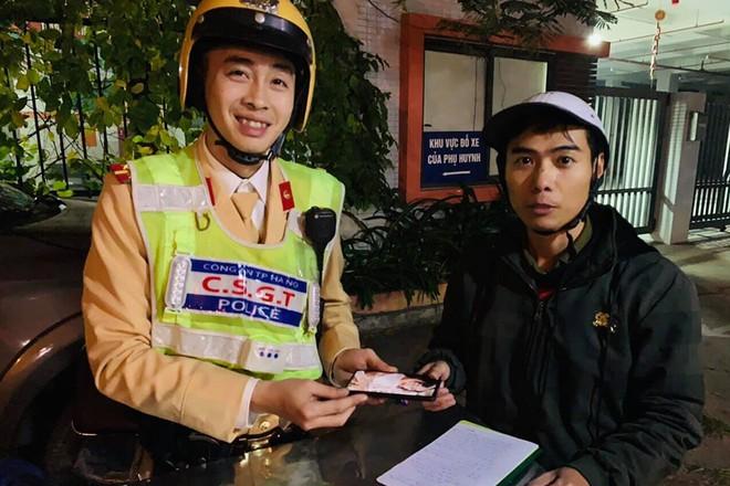 Đại diện tổ công tác Y15/141 trao trả chiếc điện thoại cho người đánh rơi