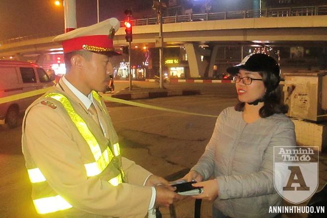 Đại diện tổ Y24/141 trao trả tài sản cho người dân