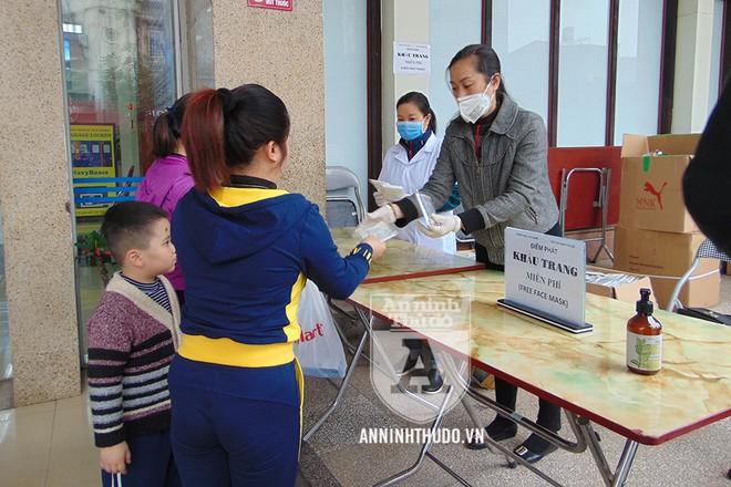 Người dân tỏ ra cảm kích, vui vẻ khi được nhận sự hỗ trợ tích cực, góp phần phòng và chống virus corona