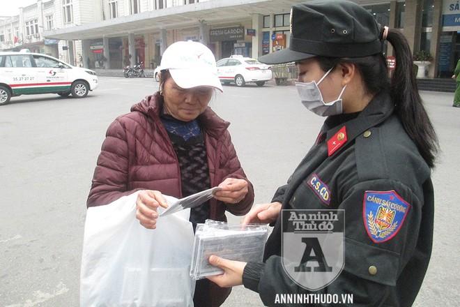 Nữ cán bộ CSCĐ (đoàn viên CATP Hà Nội) tham gia phát khẩu trang miễn phí cho người dân