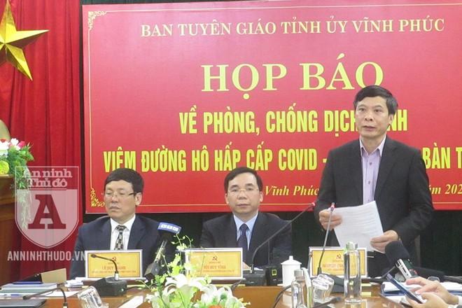 Ông Nguyễn Thanh Hải - Giám đốc Sở Y tế tỉnh Vĩnh Phúc (ngoài cùng, bên phải) - trả lời câu hỏi của PV