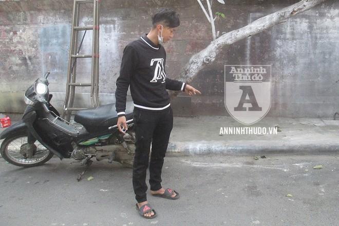 Anh Vương chỉ vào vị trí để xe máy trước khi bị bẻ khóa, lấy mất