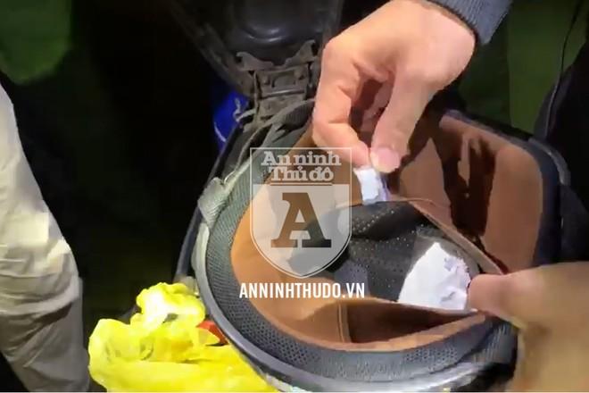 Nhét gói ma túy đá vào lớp vải bên trong của mũ bảo hiểm, đối tượng không ngờ vẫn bị Cảnh sát 141 phát hiện