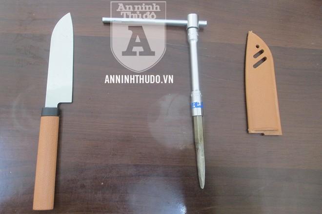 Vam phá khóa và dao mà đối tượng mang theo người để đi trộm cắp