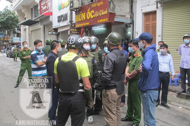 Cảnh sát Hình sự Đặc nhiệm, Cảnh sát Cơ động Đặc nhiệm và Công an quận Hai Bà Trưng phối hợp để khống chế đối tượng ngáo đá manh động