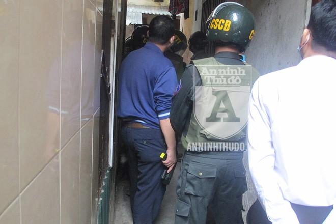 [CLIP] Tận mắt chứng kiến Cảnh sát đặc nhiệm quyết liệt khống chế kẻ ngáo đá cố thủ ảnh 2