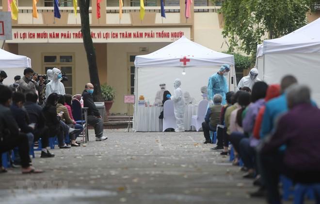 Người dân tới xét nghiệm tại điểm test nhanh ở trường THCS Đống Đa (Hà Nội). (Ảnh: Thanh Tùng/TTXVN)