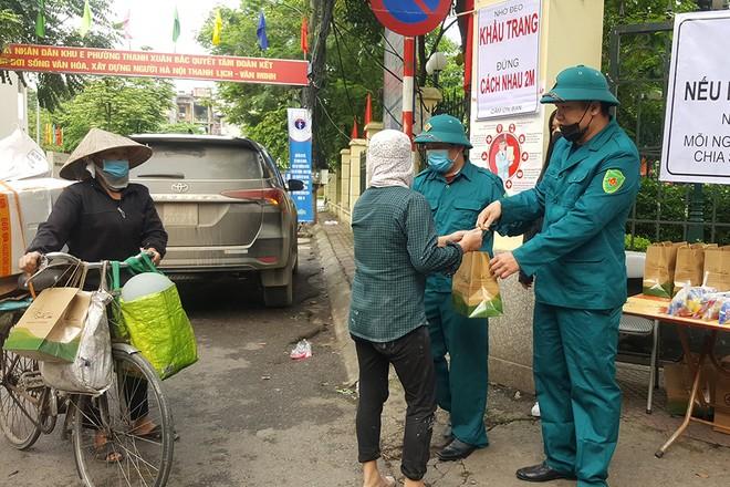 Điểm phát quà từ thiện để hỗ trợ người khó khăn tại phường Thanh Xuân Bắc (quận Thanh Xuân, Hà Nội)