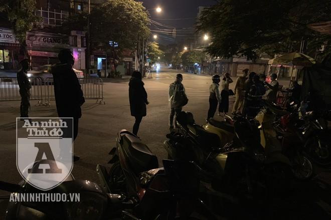 Tổ kiểm soát dịch bệnh Covid-19 đang làm nhiệm vụ thì nhận được tin báo về cô gái định tự tử ở cầu Long Biên