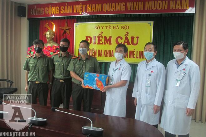 Hàng nghìn sản phẩm Trà thanh nhiệt Dr. Thanh do nhà sản xuất Tân Hiệp Phái tài trợ cũng được Báo An ninh Thủ đô trao tặng tới bệnh viện trong dịp này