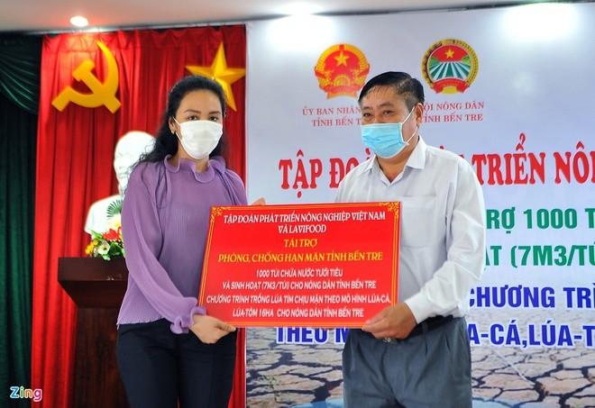 Bà Trương Huệ Vân - Chủ tịch Tập đoàn Phát triển Nông nghiệp Việt Nam - trao tài trợ cho Hội Nông dân tỉnh Bến Tre. Ảnh: Zing News