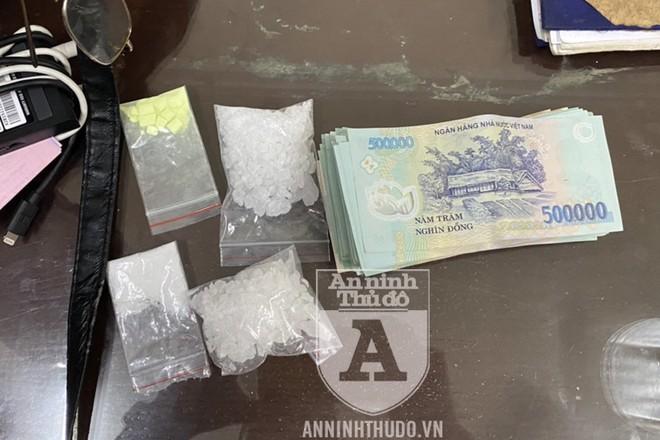 4 gói ma túy các loại cùng cọc tiền của đối tượng để trong chiếc túi da