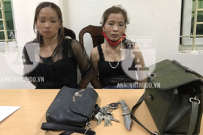 Đối tượng Hiền (phải) cùng đồng bọn bị bắt giữ vì tàng trữ ma túy và dao găm trong đêm