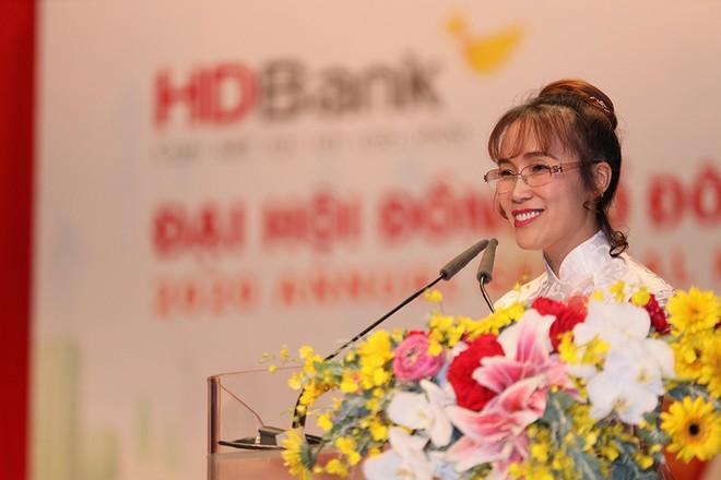 Bà Nguyễn Thị Phương Thảo - Phó Chủ tịch thường trực HĐQT - trình bày Tờ trình thông qua Phương án phân phối lợi nhuận năm 2019 và phát hành cổ phiếu thưởng từ nguồn thặng dư vốn cổ phần