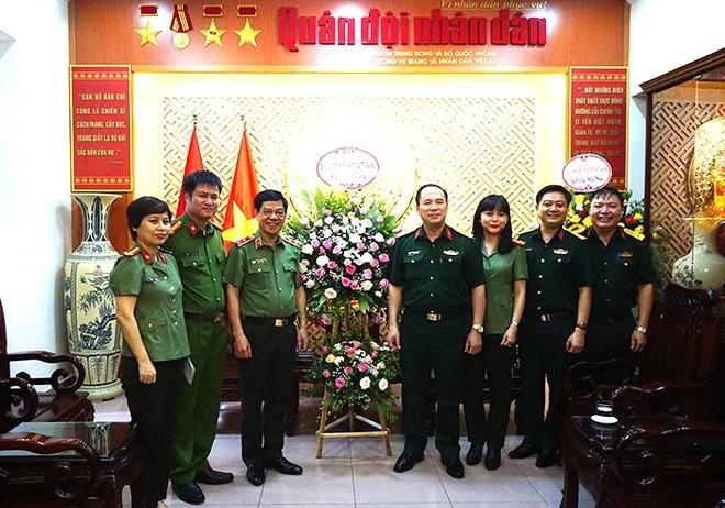 Trung tướng Đoàn Duy Khương cùng đoàn công tác CATP Hà Nội chúc mừng Báo Quân đội nhân dân
