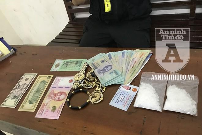 Tang vật mà cảnh sát thu giữ của đối tượng, gồm ma túy và nhiều tiền mặt