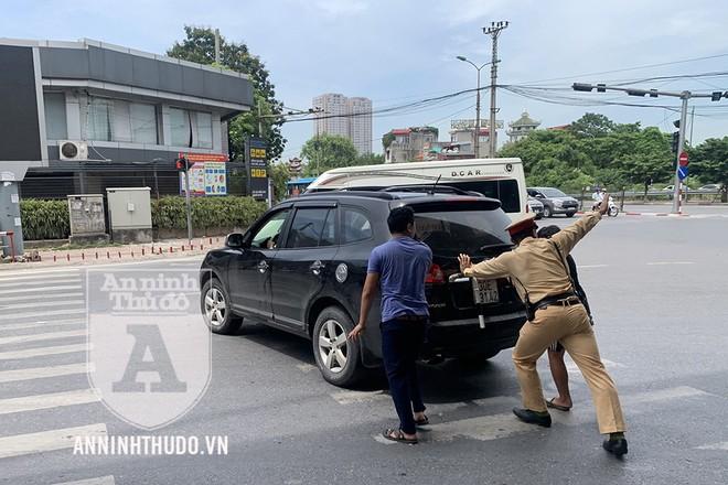 Hỗ trợ lái xe bị hỏng máy giữa đường, CSGT được người dân ủng hộ nhiệt tình