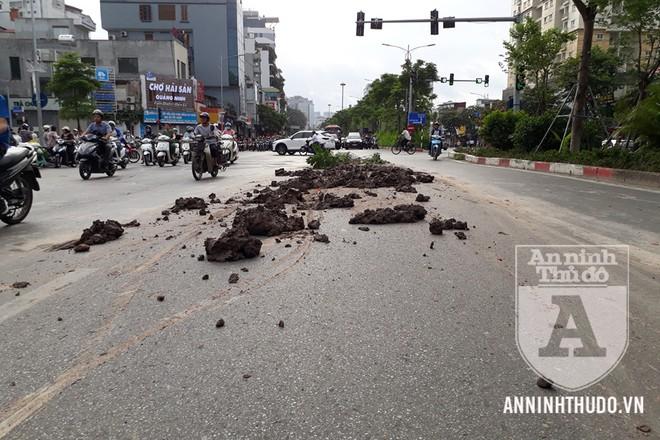 Bùn, đất đổ trên mặt đường khiến việc di chuyển của người dân gặp khó khăn
