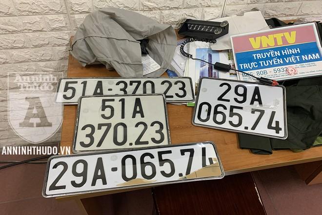 Cảnh sát phát hiện trong chiếc xe ô tô còn có cảnh phục và rất nhiều BKS khác