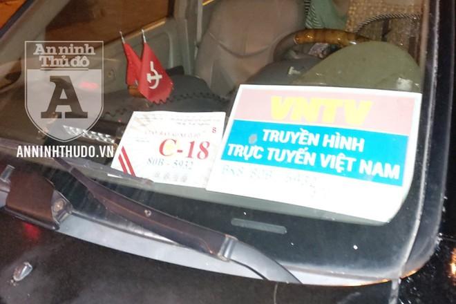 Gắn biển xanh giả kèm rất nhiều phù hiệu, chiếc xe ô tô Lexus có còi hụ và đèn nháy vẫn bị tổ công tác Y23/141 chặn dừng để kiểm tra