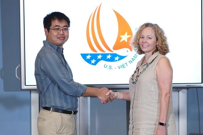 Ông Phạm Giang Linh - Tổng Giám đốc Hệ thống Giáo dục HOCMAI (bên trái) gặp gỡ bà Paula Kitendaugh - Giám đốc các Trung tâm Hoa Kỳ tại khu vực, Đại sứ quán Hoa Kỳ tại Hà Nội