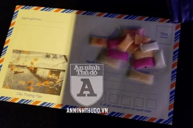 Các gói nhựa chứa ma túy mà đối tượng giấu trong túi quần