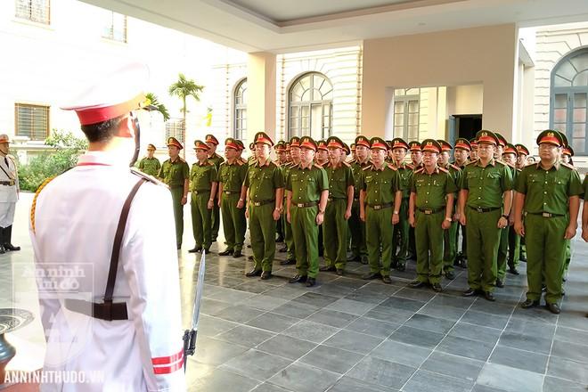 Ban Chỉ huy Trung đoàn Cảnh sát Cơ động (CATP Hà Nội) cùng các cán bộ chiến sỹ của đơn vị tới dâng hương-hoa tại Đài tưởng niệm các Anh hùng liệt sỹ Công an Hà Nội