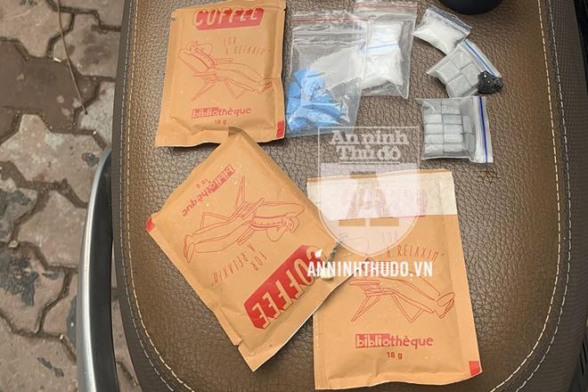 Ngoài các loại ma túy MDMA, ketamin, đối tượng còn giấu những chất nghi là ma túy trong các túi bao bì cafe