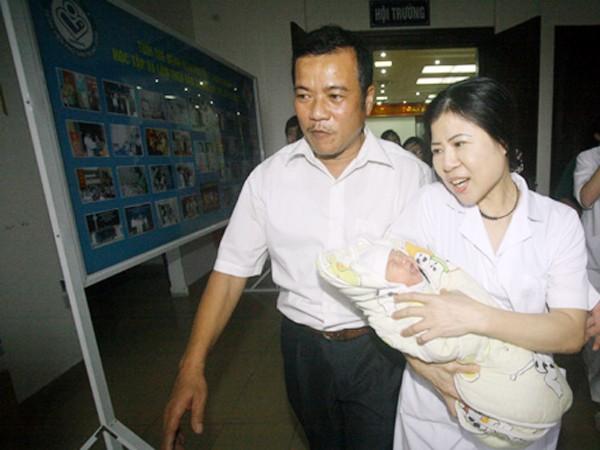 Cháu bé Phạm Xuân Trường (2 ngày tuối), được lực lượng CSHS, CATP Hà Nội tìm thấy, trao trả về cho gia đình ngày 8-11-2011, tức 5 ngày sau khi bị bắt cóc tại BV Phụ sản Trung ương